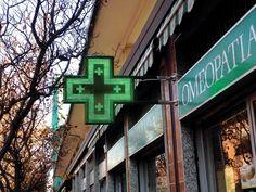 Croce farmacia Slim900 con staffe di fissaggio a muro