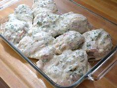 Aprenda a fazer essa delicia de frango marinado grego, realmente é de surpreender paladares. Agora coloque o frango em um saco plástico para comida e adicione a marinada