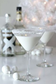 White Chocolate Snowflake Martini Check out the perfect winter cocktail – the White Chocolate Snowflake Martini that will have you feeling the holiday cheer in no time! Great for a winter or holiday cocktail party. – Cocktails and Pretty Drinks Winter Cocktails, Christmas Cocktails, Holiday Cocktails, Cocktail Drinks, Cocktail Recipes, Christmas Candy, Christmas Martini, Cocktail Parties, Xmas