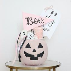 DIY pumpkin bucket upgrade, halloween The pumpkin bucket is actually a DIY upgrade! Pink Halloween, Halloween Birthday, Cool Halloween Costumes, Halloween House, Spooky Halloween, Holidays Halloween, Halloween Themes, Halloween Crafts, Halloween Decorations