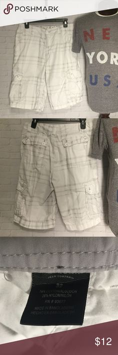 Men's white cargo shorts 32 Arizona This is a pair of men's white cargo shorts measuring 32X11 approx.  these shorts are in excellent condition.  Buy with confidence I am a Posh Ambassador, top rated seller, mentor and fast shipper.  Don't forget to bundle and save.  Thank you. Arizona Jean Company Shorts Cargo
