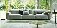 Φουτουριστικός καναπές με καμπύλες που λειαίνουν όλο του το σχήμα και ενιαία καθίσματαπου αφαιρούν αισθητικά τον όγκο του, καθώς διαθέτει ικ...