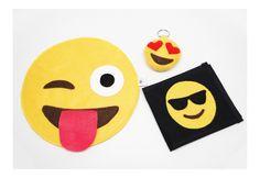 Kit para carro composto por 3 produtos: <br>1 lixinho de carro, plastificado por dentro (emoji divertido) <br>1 porta documentos (emoji óculos escuros) <br>1 chaveiro (emoji apaixonado) <br>Ótimo para levar em viagens ou para presentear alguém querido! <br>*Os 3 itens anunciados também podem ser vendidos separadamente. Economize comprando os 3 juntos!