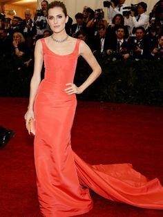 """Allison Williams  A atriz do seriado """"Girls"""" usou um longo vermelho do estilista Oscar de la Renta. AFP - AFP / Agência"""