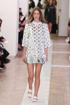 Emanuel Ungaro: verão romântico de formato sessentinha - Vogue | Desfiles