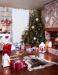 Most Cozy And Elegant Christmas Living Room Decoration Inspirational Ideas - Page 29 of 67 - Diaror Diary Elegant Christmas, Noel Christmas, Merry Little Christmas, Christmas Crafts, New Years Decorations, Christmas Decorations, Holiday Decor, Christmas Living Rooms, Christmas Fireplace