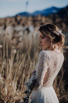 Eine traumhaft eisige Winterhochzeit am Seeufer Winter Stil, Lace Wedding, Wedding Dresses, Dusty Blue, Weddings, Style, Fashion, Pine Cones, Wedding Dress Lace