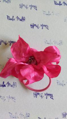 PAULA MELFI Colìn flor pètalos en raso y centro de piedras checas.