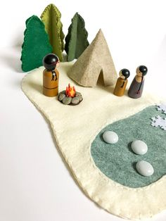 Play Little World, Native American peg dolls, felt baby blanket, winter w . Diy For Kids, Crafts For Kids, Felt Play Mat, Wood Peg Dolls, Felt Tree, Small World Play, Natural Toys, Felt Baby, Waldorf Toys