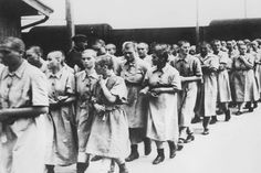 Alltag im KZ:  Dieses Foto von Mai 1944 zeigt weibliche Arbeitshäftlinge in...
