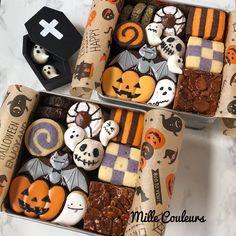 """Ayumi on Instagram: """"季節を超〜先取り🤣ハロウィンクッキー缶👻 クッキー缶レッスンのリクエストをいただきましたが、これからの季節はしんどい…ので、秋にこんな感じで募集しようかなぁと考えて、真夏の試作を避けて作ってみました。というかマイブームが冷めないうちに…🤣 #クッキー缶 #アイシングクッキー教室…"""" Halloween Cookies Decorated, Halloween Desserts, Halloween Treats, Happy Halloween, Cute Cookies, Cupcake Cookies, Dessert Packaging, Halloween Chocolate, Sweet Box"""