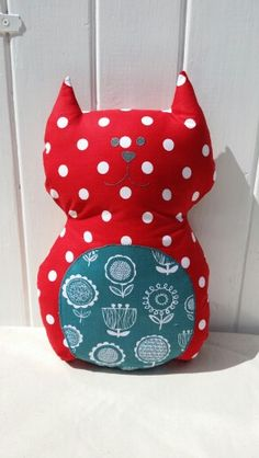 Cat cushion with machine applique and hand embroidery. Handmade by Emy & Wilma.