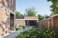 Deux agences belges, Raamwerk et Van Gelder Tilleman, ont uni leurs forces pour imaginer et construire cette maison pour un sculpteur. Le désir du propriét