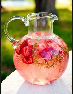 Love the Strawberry Watermelon Mint Infused Water♡♡ you should seriously try this it is so refreshing ☆ by DeeDeeBean Sparkling Strawberry Lemonade, Strawberry Wedding, Kombucha, Brunch Buffet, Breakfast Buffet, Water Recipes, Partys, Infused Water, Party Drinks