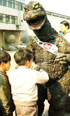 Godzilla meets fans on the set of Godzilla vs the Smog Monster. Japanese Monster Movies, Godzilla Tattoo, Old Posters, Japanese Show, Pokemon Dragon, Robot Monster, Japanese Superheroes, Showa Era, Scary Monsters