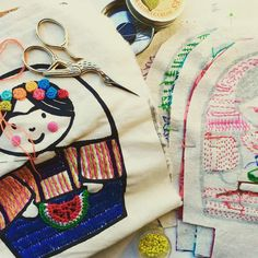 Lo que me espera el fin de semana: terminar a #fridita y armar cuatro matrioskas * * * * #saintfrida #frida #muñecafrida #muñecaenproceso #bordado #bordadoamao #bordadoamano #fridita #stitch #stitching #needlework #needlecraft #embroidery #handembroidery #tijeras #scissors #embroiderykit #muslimcloth #telademanta #hilosdmc #dmcthreads #dmcfloss