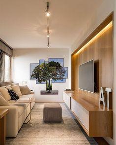 Marcenaria inteligente - com iluminação embutida -, um belo sofá para relaxar e a paleta de cores neutras são os grandes atrativos deste home theater dos sonhos, projeto da Triplex Arquitetura (@triplex_arquitetura). Ao fundo, obra do artista Luiz Fernando Dantas (@luizfernandosdantas), na Galeria Lume (@galerialume). #decoração #architecture #design #reforma #retrofit #arkpad #decor