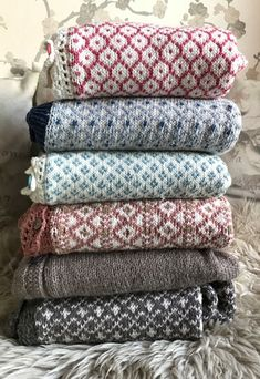 monikamdesign – Gratis mønster Thiliegenseren :) str 2-12 år. Diy And Crafts, Knit Crochet, Throw Pillows, Embroidery, Wool, Knitting, Lisa, Colour, Bed Feet
