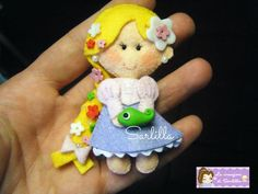 Rapunzel in feltro, con applicazioni in fimo. Interamente lavorata a mano.