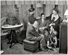 The scientist hasn't invented time travel yet, but you can journey into the past with these awesome pictures. A great selection of amusing vintage photos that will blow your mind. Vintage Photographs, Vintage Photos, Virtual Memory, Radio Usa, Ham Radio, Old Time Radio, Vintage Interiors, Vintage Movies, Fashion History