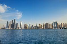 Aus dem einstigen Wüstenemirat ist in den letzten 10 Jahren eine Weltmetropole der Superlative mit luxuriösen Hotels, imposanten Gebäuden und Shopping-Malls geworden. Wir zeigen dir, welche Glanzlichter Dubai neben den berühmten Sightseeing-Highlights wie Burj Khalifa und Hotel Atlantis Erholungssuchenden und Abenteurern zu bieten hat und in welchen Hotels es sich lohnt,