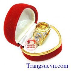 Nhẫn nam Sapphire vàng rồng vàng 18k chế tác công nghệ cao cấp đường nét độc đáo, tinh xảo và thời trang, Nhẫn nam Sapphire vàng rồng với đá saphie trong phong thủy là biểu tượng của tình yêu, hôn nhân bền vững, sự giàu có và lòng chung thủy, được mọi người lựa chọn như lá bùa hộ mệnh cho bản thân. Nhẫn nam vàng tây gắn đá Sapphire thiên nhiên uy tín, c