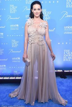 Katy Perry from The Big Picture: Today's Hot Pics Brunette beauty! The singer dons an ethereal dress at the annual UNICEF Snowflake Ball in New York City. Divas, Katy Perry Fotos, Katy Perry Pictures, Plunge Dress, My Idol, Bridesmaid Dresses, Wedding Dresses, Celebs, Glamour