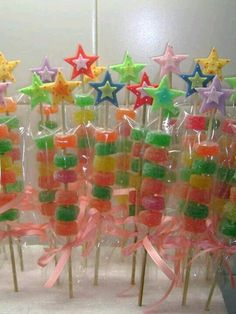 more and more crafts: 15 souvenirs and party details made with sweets Candy Party, Party Treats, Party Cakes, Diy Birthday, Unicorn Birthday, Birthday Parties, Candy Kabobs, Candy Arrangements, Candy Bouquet