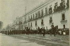 La tropa desfilando frente a, Palacio Nacional en 1907.