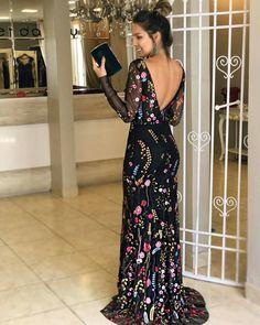 vestido de festa preto com bordado colorido