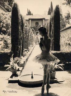Margot Fonteyn in La Alhambra, Granada, Spain, 1954. Photo © Juan Gyenes. FESTIVAL INTERNACIONAL DE MUSICA Y DANZA