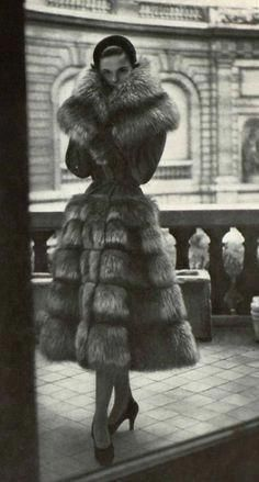 fur would never be worn nowadays. 1950 Jacques Griffe How to Create a Vintage Style Home Decor Vin Fur Fashion, 1950s Fashion, Vintage Fashion, Sporty Fashion, Womens Fashion, Petite Fashion, Dress Fashion, Moda Vintage, Vintage Mode