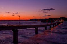 角島大橋って知っていますか?2000年に開通した山口県下関市豊北町神田と離島を結ぶ橋として作られました。それまでは渡船で行き来していたんです。      ベストセラー『死ぬまでに行きたい! 世界の絶景』にて3位にランクインしたり、車のCMでもよく使われているので、見れば知ってる!っていう方も多いと思います。この角島大橋のエメラルドグリーンの海と絶景をご紹介します。  角島とは?...