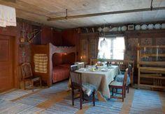 OPPHOLDSROM: Hytta er stort sett bevart som den var etter renoveringen på 1840-tallet, da veggmaleriene ble laget. I hjørnet sto det tidligere en gammel skapseng, som er blitt erstattet av en nylaget køyeseng. Stolene har fulgt med gården, og vevstolen har tilhørt Karins mor, som vevde filleryene på den. Scandinavian Furniture, Scandinavian Design, Scandinavian Interiors, Nordic Interior, Interior And Exterior, Rental Apartments, Sweet Home, House, Rum