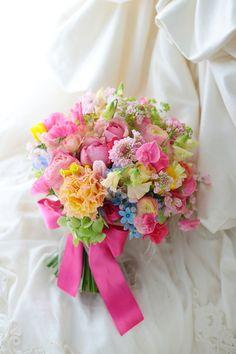 八芳園様へ、ピンクのブーケ。 3つにシェアできる仕組みのブーケになっています。 スピーチをしてくれたお二人のご友人へひとつずつ、 ... Rustic Wedding Flowers, Wedding Cakes With Flowers, Floral Wedding, Bride Bouquets, Floral Bouquets, Colorful Flowers, Beautiful Flowers, Pastel Bouquet, Flower Boutique