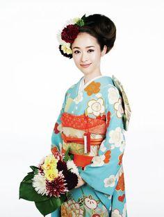 披露宴のときのシニヨンを横にずらして、逆サイドにたっぷりと生花を配した華やかなヘアチェンジです。丸い梅の花が印象的なきものの柄に合わせて、丸...