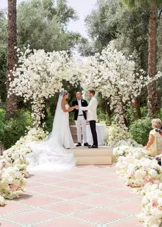 50 Beautiful Ways to Decorate Your Wedding Aisle Wedding Altars, Wedding Aisle Decorations, Wedding Ceremony Flowers, Wedding Ceremonies, Wedding Backdrops, Church Decorations, White Wedding Arch, Wedding Favors, Wedding Venues