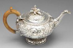 A George II silver bachelor teapot. : Lot 93
