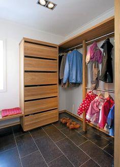 SMART OPPBEVARING: Heng garderobestenger i ulike høyder, da blir det plass til både jakker og lange frakker. Foto: Espen Grønli Wardrobe Rack, Shoe Rack, Entryway, Barn, The Originals, Storage, Closet, House, Furniture