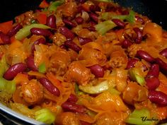 Viljatonta ruokaa: makkara.   220 g makkaraa 1 sipuli 3 isoa kynttä valkosipulia 1 porkkana 2 vartta varsiselleriä 1/2 isosta paprikasta pala vihreää chiliä (maku tarkistetaan) n. 200 g punaisia papuja (purkista) 1 dl vettä