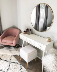 Home inspo / white home / house inspiration / pink velvet ch.- Home inspo / white home / house inspiration / pink velvet chair Home inspo / white home / house inspiration / pink velvet chair - Built In Dressing Table, Dressing Table Organisation, Dressing Tables, Bedroom Dressing Table, Corner Dressing Table, Dressing Table Decor, Dressing Chair, Makeup Dressing Table, Pink Velvet Chair