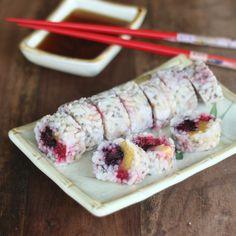 Les presento el FRUSHI!!! = fruta + sushi. El sushi es una de mis comidas favoritas, y como las frutas me encantan, se me ocurrió hacer sushi de frutas! Estos rollos pueden ser parte de tu almuerzo o un snack saludable! Lo bueno es que el arroz es integral y para el relleno puedes ocupar tus frutas preferidas o las que tengas a mano. Receta: https://instagram.com/p/BGfl0SvFWpD/  #sushi #frushi #saludable #healthy #frutas #fruits