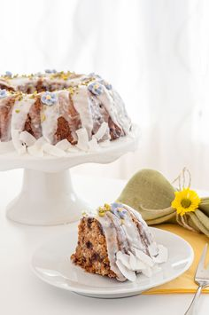 A healthy gluten-free vegan carrot cake recipe with chocolate chips and a simple icing. Perfect for Easter brunch and springtime! Carrot Cake Bundt, Sugar Free Carrot Cake, Gluten Free Carrot Cake, Vegan Gluten Free Desserts, Vegan Carrot Cakes, Vegan Dessert Recipes, Vegan Sweets, Gluten Free Baking, Vegan Baking