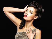 Mujer hermosa con los clavos de oro y el maquillaje de la moda Imagen de archivo libre de regalías