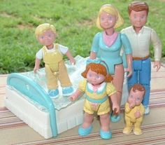 Vintage Fisher Price Family Dolls 1994 Mom Dad sis, bro, baby and bed Jouets Fisher Price, Fisher Price Toys, Vintage Fisher Price, 90s Childhood, My Childhood Memories, 90s Girl, 90s Nostalgia, Old Toys, Mom And Dad