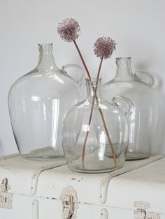 Reminiscent of bottles from your grandma's scullery, our clear glass vessels look particularly good filled with long-stemmed flowers plucked from the garden. Vintage Bottles, Bottles And Jars, Glass Bottles, Glass Jug, Glass Vessel, Vase Transparent, Long Stem Flowers, Deco Floral, Bottle Vase