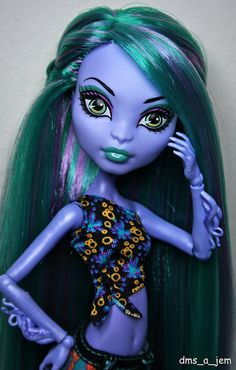 Sea Monster from the Monster High Create A Monster line. Note from Sarah Sequins: I love that she has rooted hair! I'm in the process of rooting mine right now.