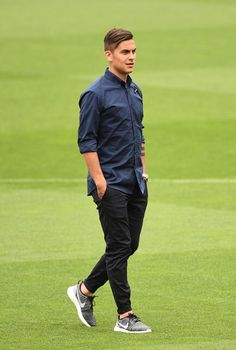 Paulo Dybala Photos - Paulo Dybala of Juventus walks on the pitch prior to the Juventus press conference at the Camp Nou on April 2017 in Barcelona, Spain. Messi Y Cristiano, Lionel Messi, Neymar, Football Is Life, Football Boys, Football Hairstyles, Cr7 Junior, Soccer Stars, Juventus Fc