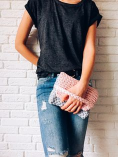Summer knitted clutch using a t-shirt yarn.  Super easy step by step tuturial with a FREE PATTERN. Check it now or save for later.