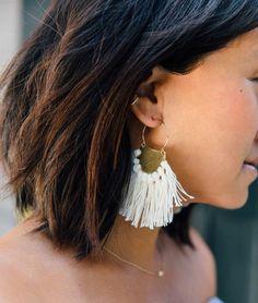 modele de boucle d oreille diy en métal et un pompon à franges blanc, comment fabriquer des bijoux